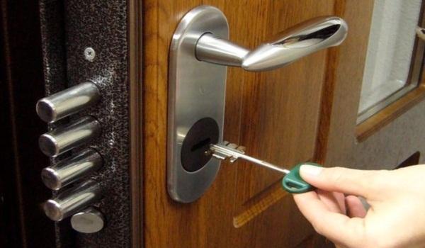 Как в двери установить замок
