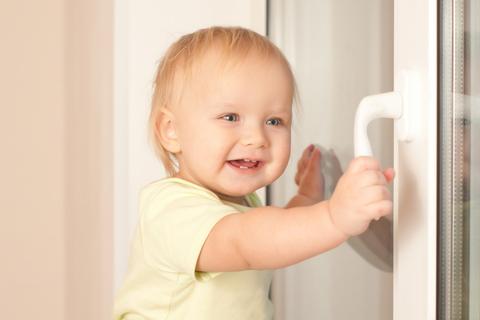 Что необходимо помнить при выборе детского замка для окна