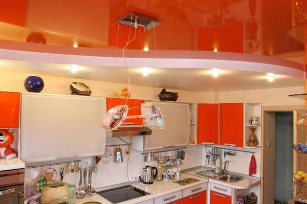 Использование натяжных потолков на кухне