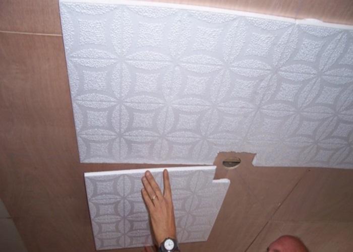 Наклейка потолочной плитки в квартире
