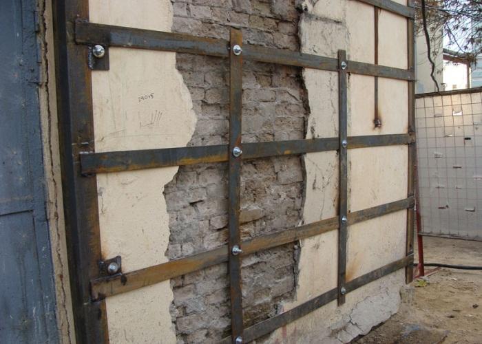 Усиление стен и простенков обоймами