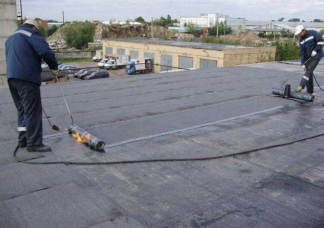 Покрываем крышу рубероидом сами
