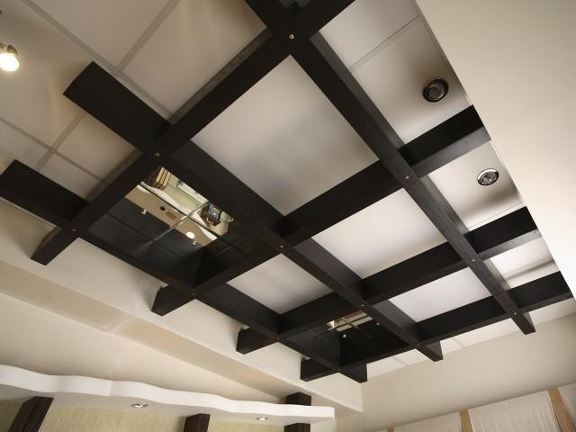 навесные потолки в зале фото